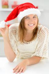 glückliche frau mit weihnachtsmütze