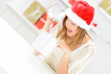 frau packt begeistert geschenke aus