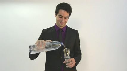 bebiendo agua chico