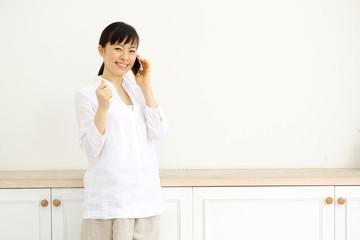 スマートフォンで話す女の子
