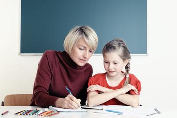 Lehrerin erteilt Nachhilfe