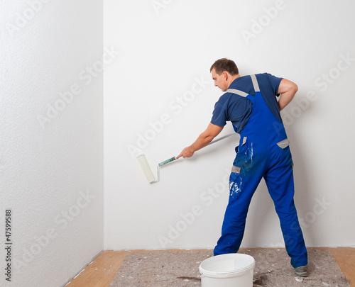 canvas print picture mann beim streichen 4
