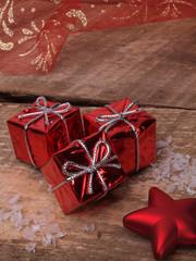 paquets cadeaux, sur fond de bois