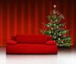 Rote Couch mit Weihnachtsbaum