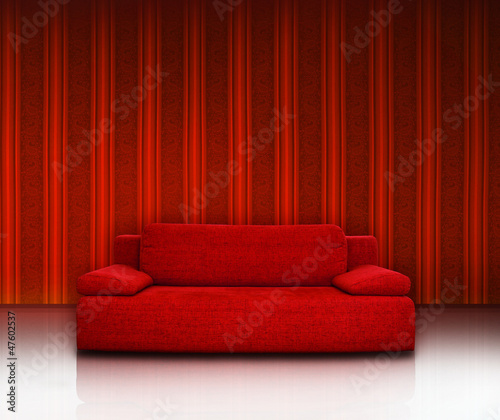 rote couch vor roter streifentapete stockfotos und lizenzfreie bilder auf bild. Black Bedroom Furniture Sets. Home Design Ideas