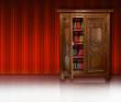 Bücherschrank vor Streifentapete