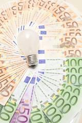 Glühbirne mit Geldscheinen