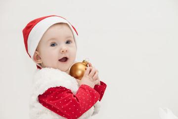 Baby hält Weihnachtskugel