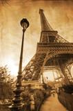 Eiffelturm auf nostalgischer Papiertextur - 47606568