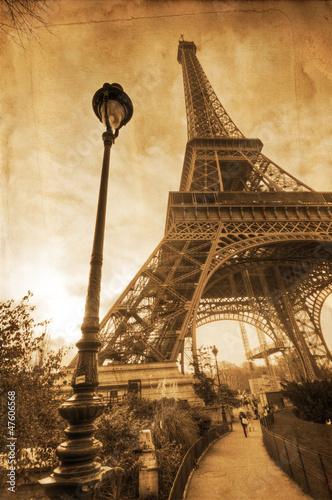 Eiffelturm auf nostalgischer Papiertextur