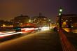 nächtlicher Verkehr auf der Brücke Pont Neuf in Paris