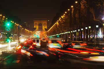 nächtlicher Verkehr auf der Champs-Elysees