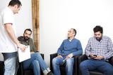 Arzt im Gespräch mit Patienten im Wartezimmer