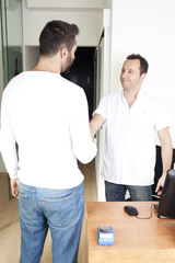 Händedruck mit dem Arzt in Halle