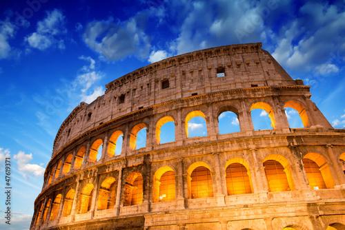 piekny-dramatyczny-niebo-nad-colosseum-w-rzym