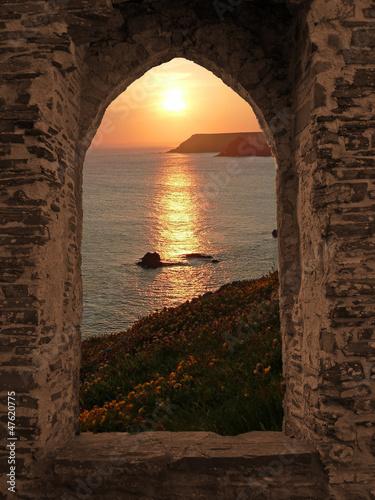 Burgfenster mit Meerblick