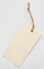 Cremeweißer Pappanhänger mit Strukturoberfläche am Band