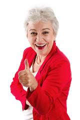Vitale ältere Frau isoliert in Rot