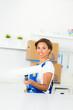 junge frau streicht ihre küche