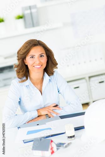 geschäftsfrau mit dokumenten für den hausbau