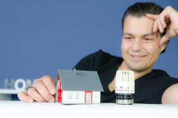 junger mann freut sich über heizkosten einsparung