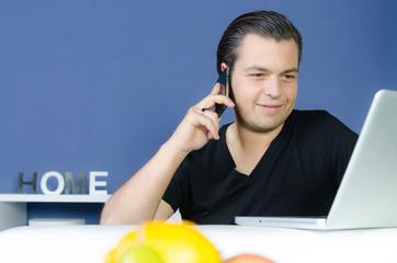junger mann sucht job im internet