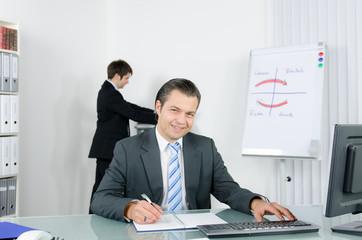 freundlicher kaufmann im büro