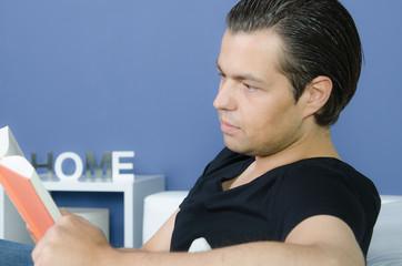 junger mann liest in einem buch