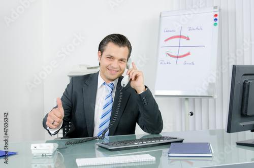 Manager telefoniert und zeigt Daumen hoch