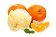 Mandarineneis mit Mandarinen auf weißem Hintergrund