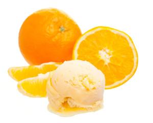 Eine Kugel Orangeneis vor Orange und Orangenspalten