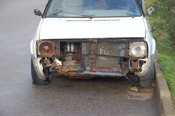 muso di una vecchia auto da rottamare