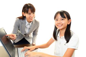 パソコンの操作方法を学ぶ女の子