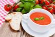 Leinwanddruck Bild - Frische tomatensuppe in einer weißen suppentasse mit basilikum