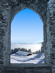 Burgfenster mit Winterlandschaft