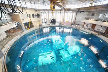 Underwater simulators in round pool