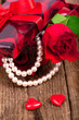 Geschenk mit Rosen und Herzen