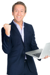 jubelnder geschäftsmann mit laptop