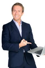 geschäftsmann zeigt auf sein laptop