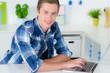 student in der küche mit laptop