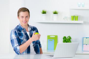 student zuhause mit laptop