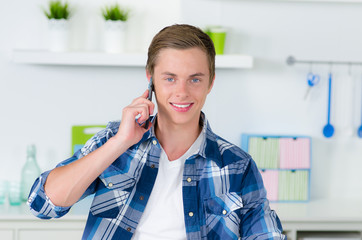 student telefoniert zuhause