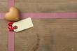 Herz mit Karte und Band auf Holz
