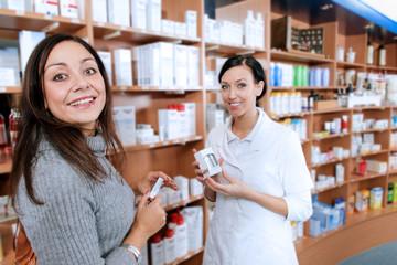 Kosmetikerin mit Kundin in der Drogerie