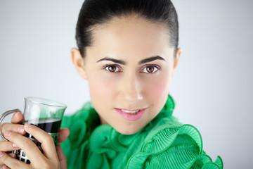 młoda kobieta w zielonej bluzce