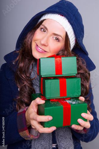 attraktive frau mit geschenken
