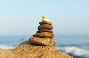 Equilibrio de piedras en el mar