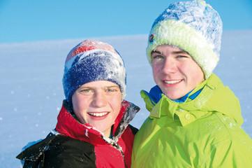 Zwei Jungen im Schnee