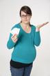 Schwangere Frau mit Tabletten