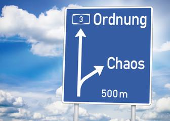 Wegweiser mit Ordnung und Chaos